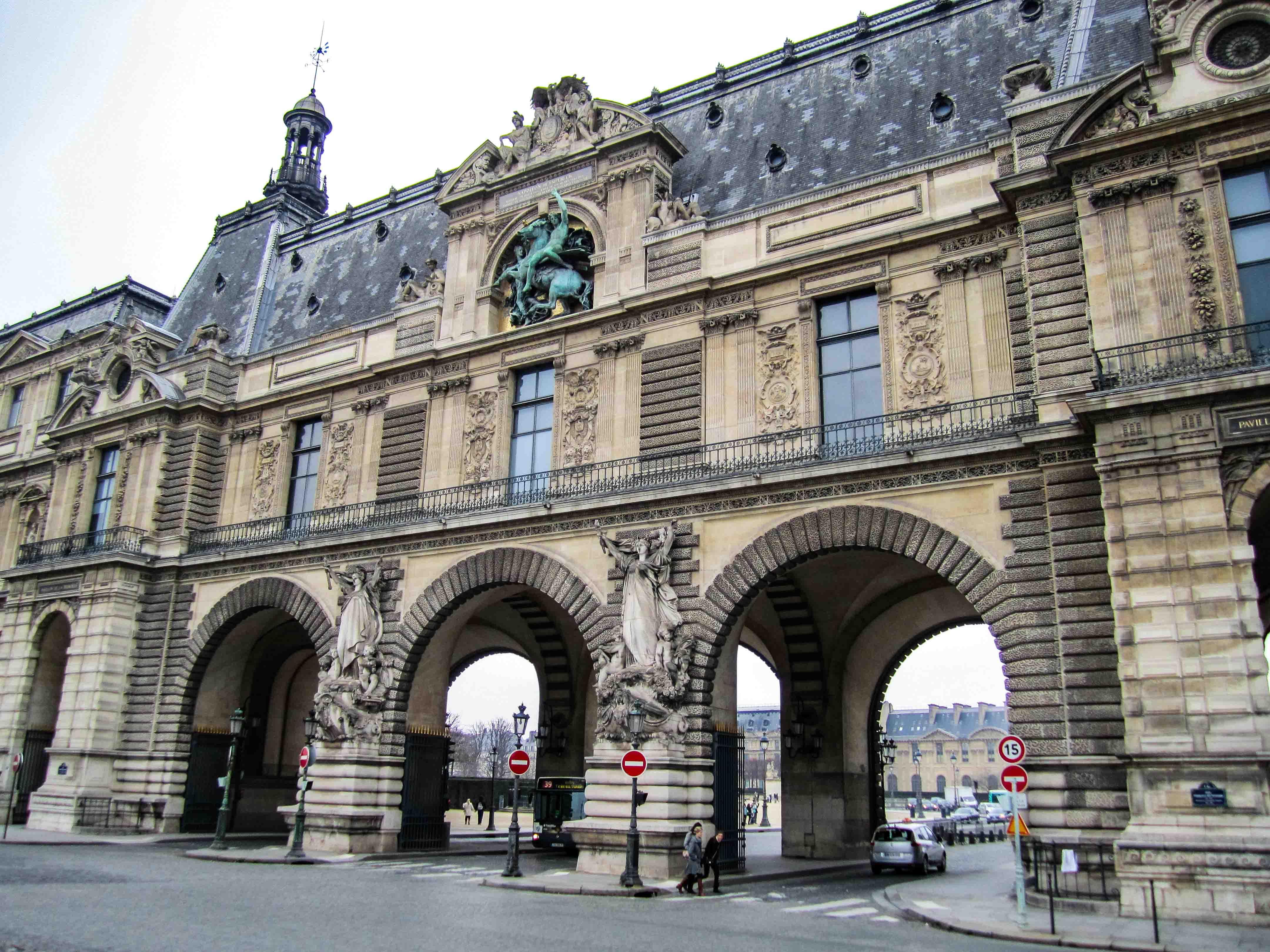 【フランス旅行】パリ ルーブル宮殿の門をくぐる