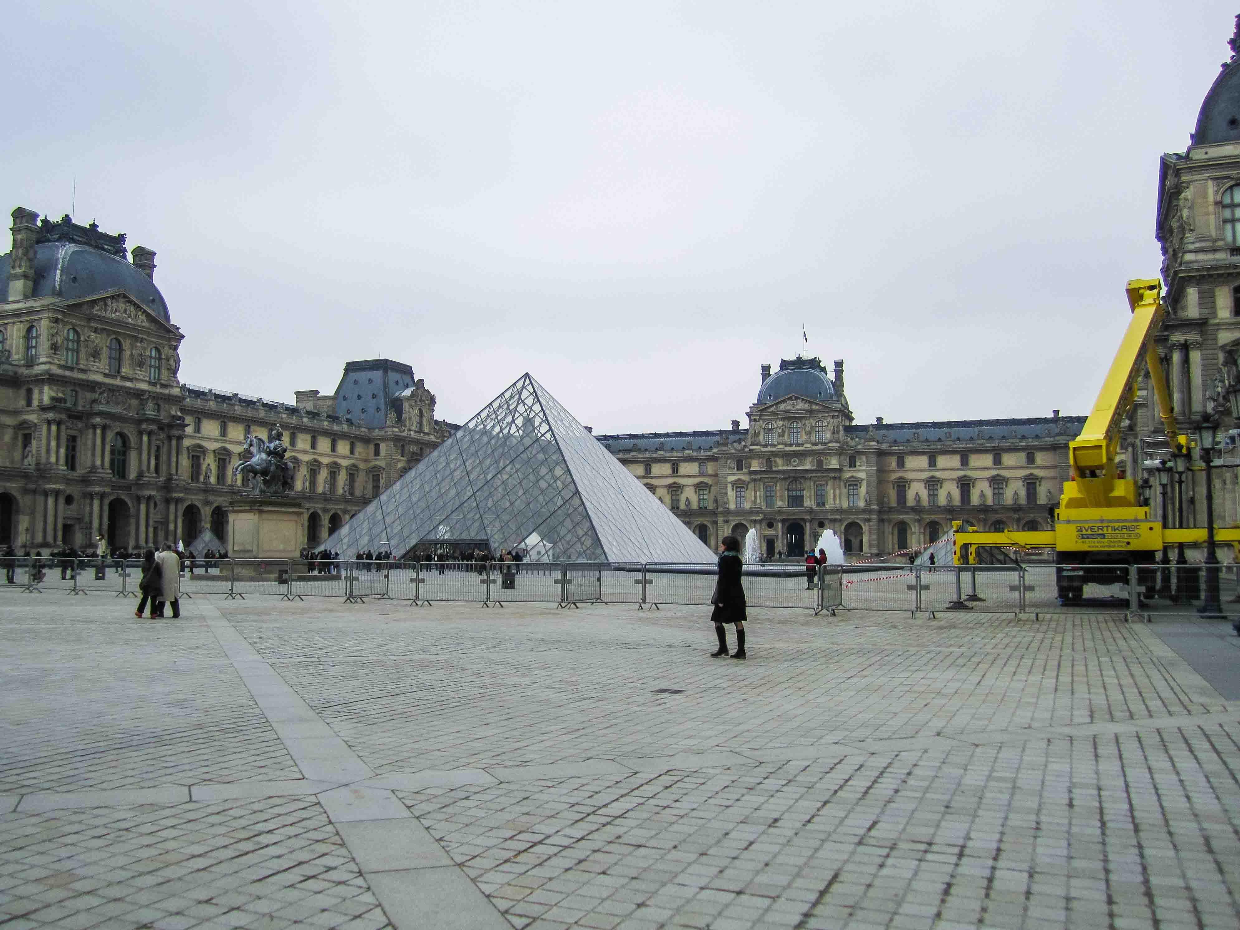 【フランス旅行】パリ ルーブル美術館の前を通り過ぎる