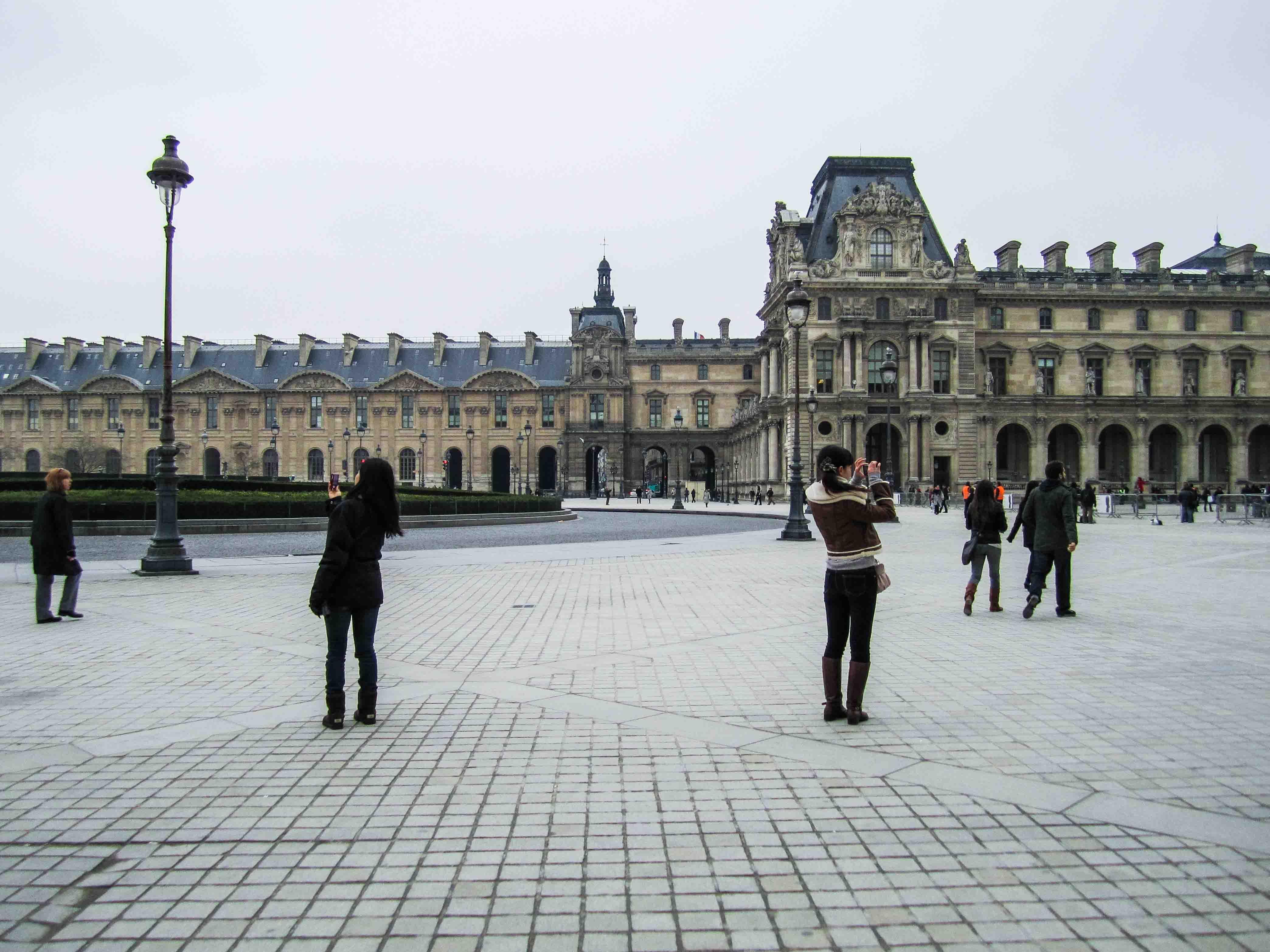 【フランス旅行】パリ ルーブル美術館前広場にて